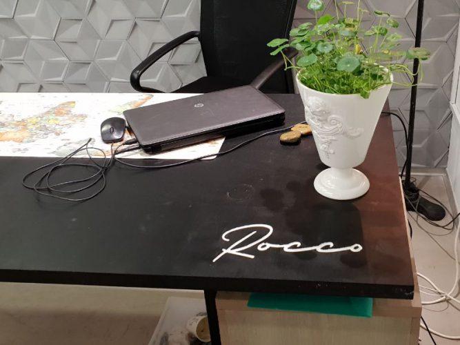 כרסום לוגו על שולחן המשרד